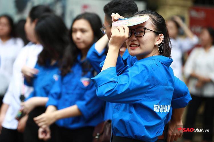 Nụ cười rạng rỡ của nữ sinh viên tình nguyện như xua đi cái nắng ở điểm trường thi.