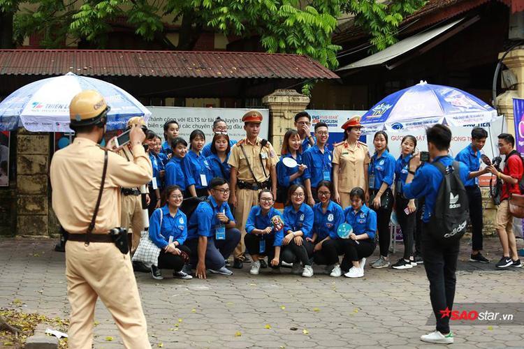 Không chỉ chụp ảnh cùng nhau, tại trường THPT Trần Phú, nhiều tình nguyện viên tranh thủ lúc rảnh rỗi còn kéo cả các anh chị Cảnh sát Giao thông vào chụp ảnh lưu niệm cùng.