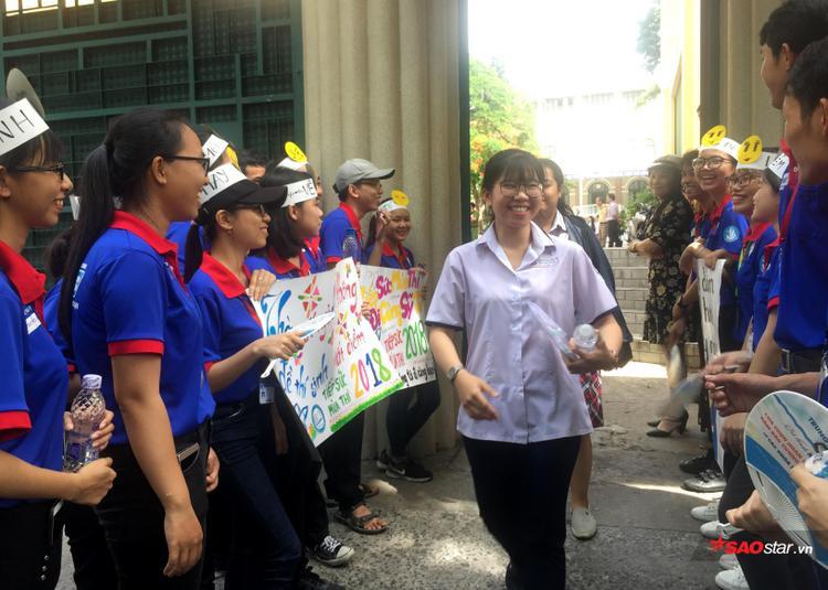 Sĩ tử tại điểm thi THPT Phan Đình Phùng vui vẻ ra về trong tràng pháo tay của các bạn sinh viên tình nguyện.