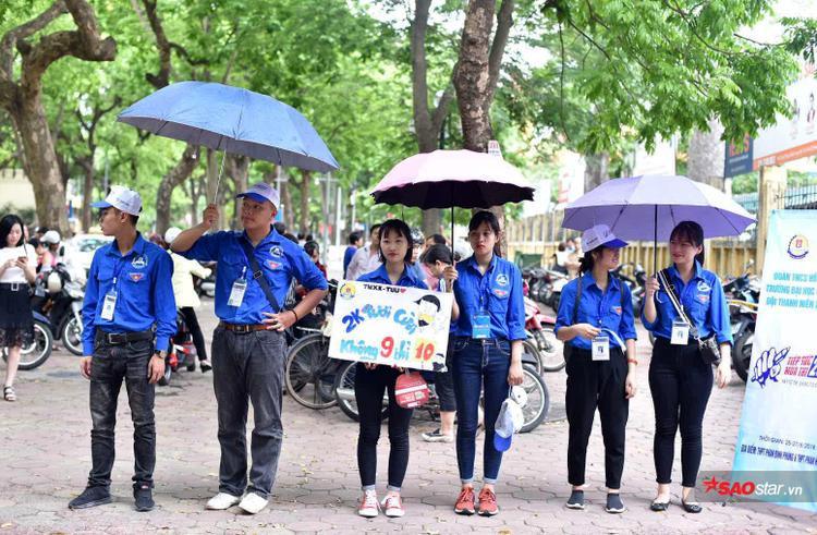 """""""Màn"""" cổ động với slogan siêu đáng yêu của các bạn sinh viên tình nguyện tại điểm trường THPT Phan Đình Phùng khiến sĩ tử và phụ huynh thích thú."""