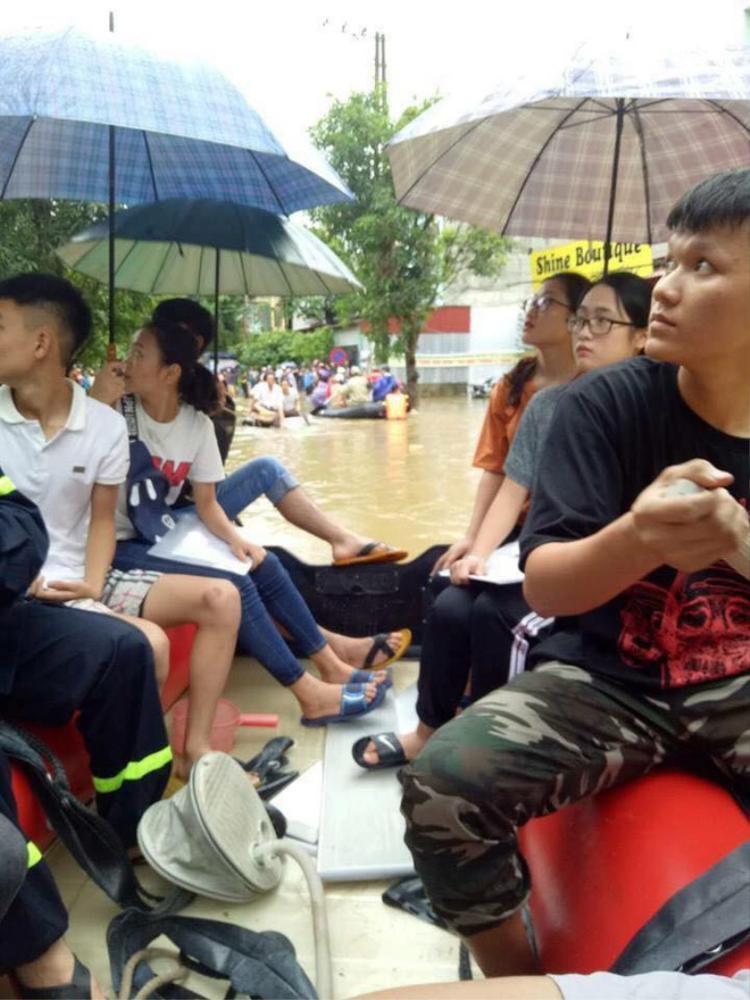 Chùm ảnh: Các sĩ tử vùng cao vượt mưa lũ đi thi THPT Quốc Gia 2018