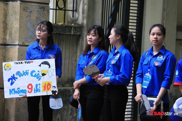 Sinh viên tình nguyện mùa thi THPT quốc gia  Nỗi lòng người vất vả vì sĩ tử nhưng vẫn bị chê không tiếc lời