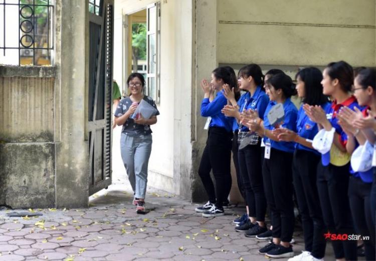 Chỉ cần thấy các thí sinh bước ra khỏi phòng thi với nụ cười tươi, đội sinh viên tình nguyện cũng vì thế mà nhẹ lòng, vui mừng theo.