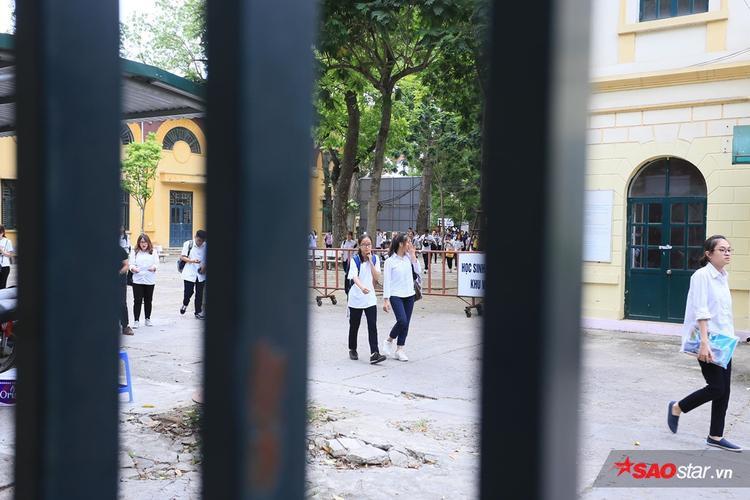 Sĩ tử tại điểm thi trường THPT Chu Văn an ra về.