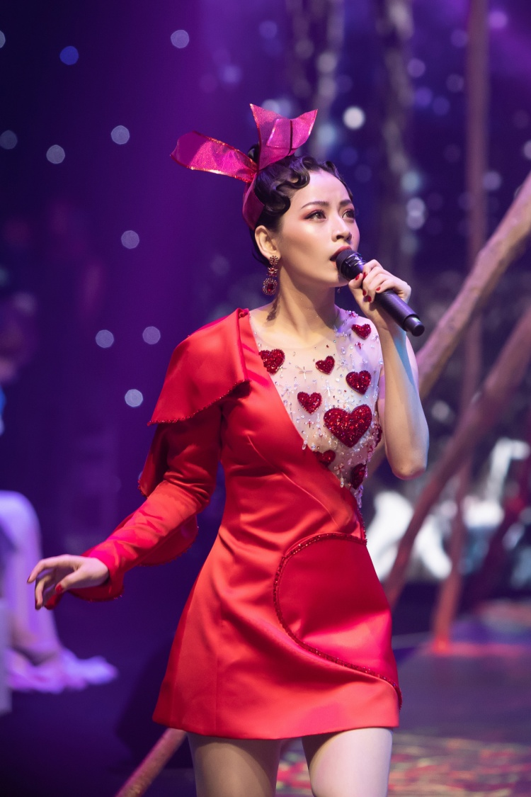 Chi Pu lựa sắc đỏ rực trong đêm diễn mới nhất.