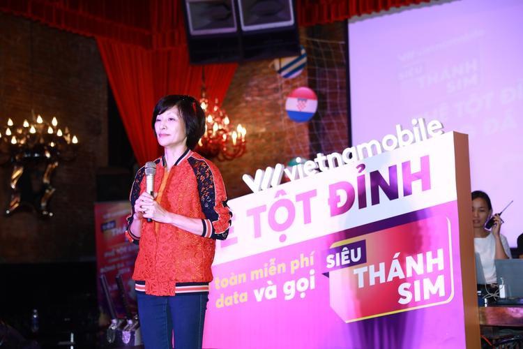 """Bà Elizabete Fong, Tổng Giám đốc Vietnamobile giới thiệu phiên bản nâng cấp """"Phê tột đỉnh"""" của Thánh SIM là Siêu Thánh SIM."""