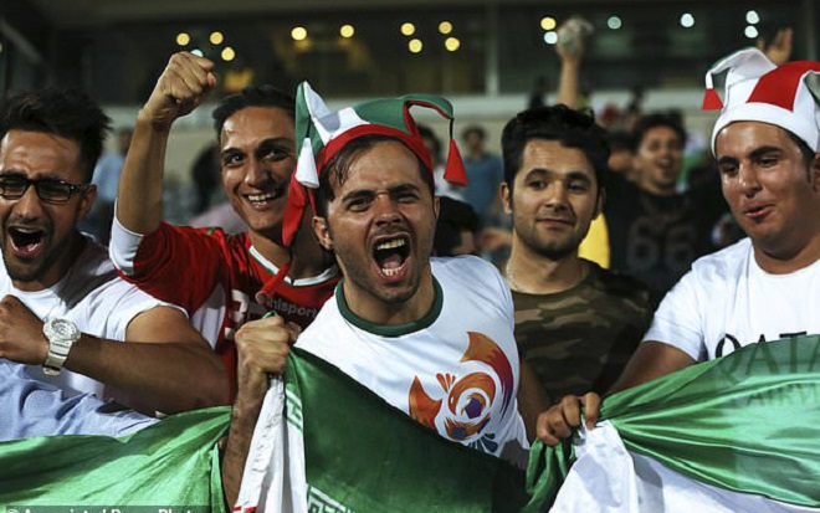 Các cổ động viên đội Iran đang quấy rầy giấc ngủ ĐT Bồ Đào Nha. Ảnh: Daily Mail.
