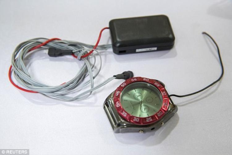 Một thiết bị kết nối không dây được làm giả dưới hình thức một chiếc đồng hồ từng được thu giữ ở Sơn Tây, Trung Quốc.
