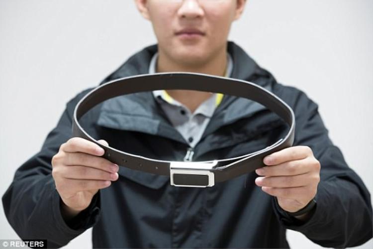 Chiếc thắt lưng này cũng thực tế là một thiết bị không dây cho phép học sinh đẹo nó có thể nhận được đáp án chuyển từ bên ngoài vào.