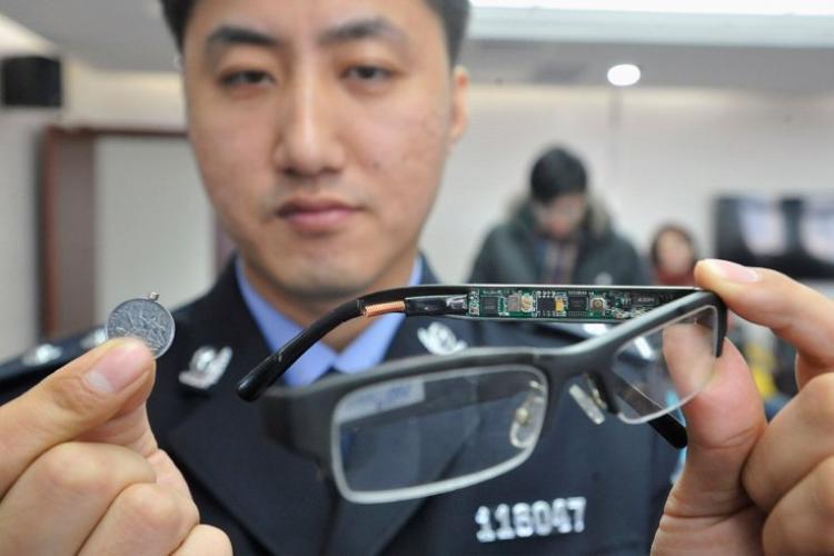 Cặp kính có gắn camera cùng một thiết bị nhận tín hiệu siêu nhỏ được gắn vào một đồng xu bị phát hiện bởi cảnh sát Liêu Ninh vào năm 2013.