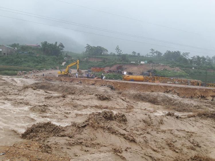 Nước lũ cuồn cuộn, làm sạt lở nhiều tuyến đường. Ảnh: Dân Việt