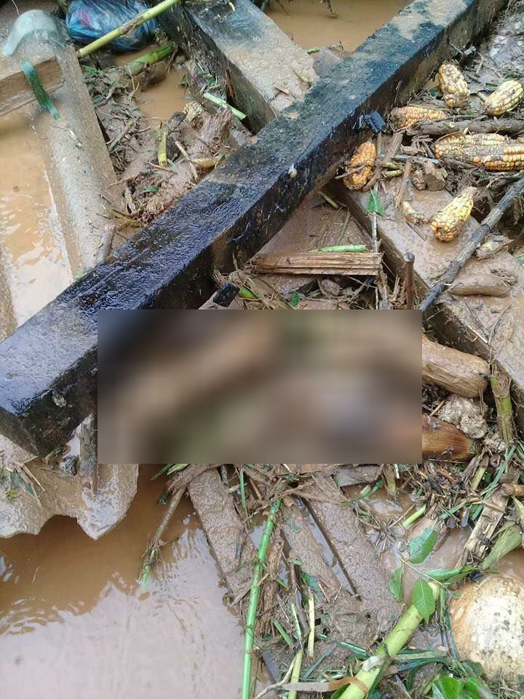 Những hình ảnh tang thương sau trận mưa lũ kinh hoàng, vì không kịp di dời, rất nhiều người dân đã phải bỏ mạng.