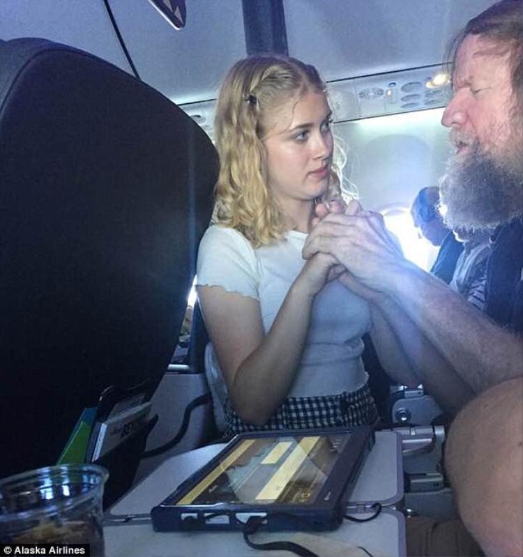 Cô gái dùng ngôn ngữ đặc biệt để giao tiếp với người đàn ông trên máy bay. Ảnh:Alaska Airline