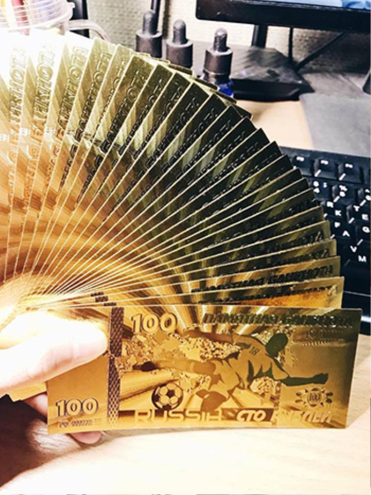 Việt đang bán cả hai loại tiền 100 rúp màu xanh và vàng như hình. Ảnh: NVCC.