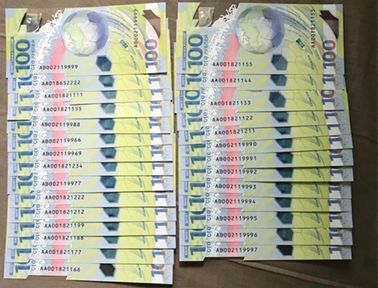 Loạt tiền 100 rúp màu xanh có số seri đẹp được nhiều người săn lùng. Ảnh: NVCC.
