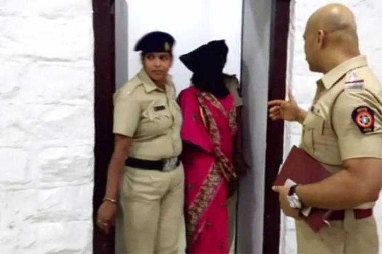 Pradnya Survase đang bị cảnh sát áp giải.