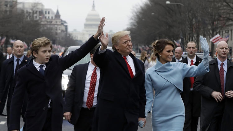 Tổng thống Donald Trump cùng vợ Melania Trump và con trai Barron diễu hành ở Washington, DC. vào ngày ông Trump nhậm chức 20/1/2017. Ảnh: AP