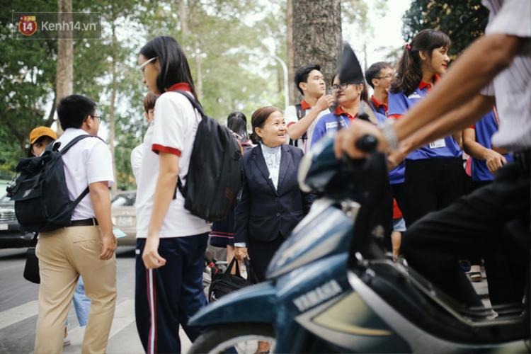Có một cô giáo 67 tuổi mặc vest mang dép lê, 10 năm đứng chờ sĩ tử Sài Gòn: Không lập gia đình, cưng học sinh như con