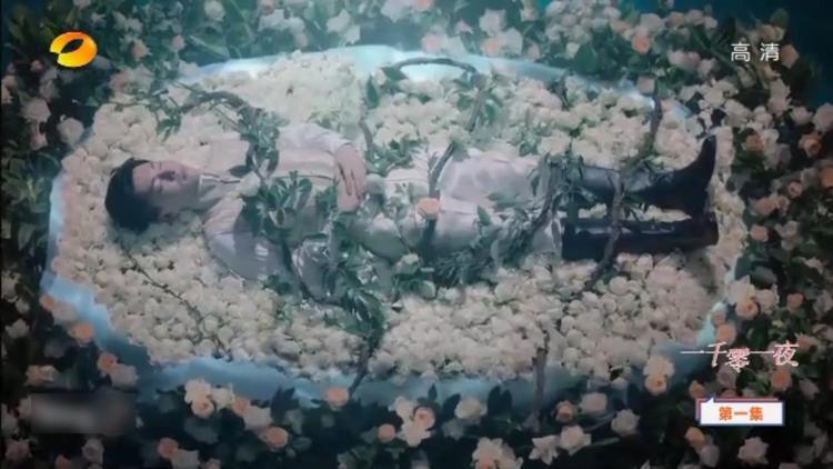 Nghìn lẻ một đêm: Mới 2 tập đầu, Địch Lệ Nhiệt Ba và Đặng Luân đã hôn nhau nồng nhiệt!