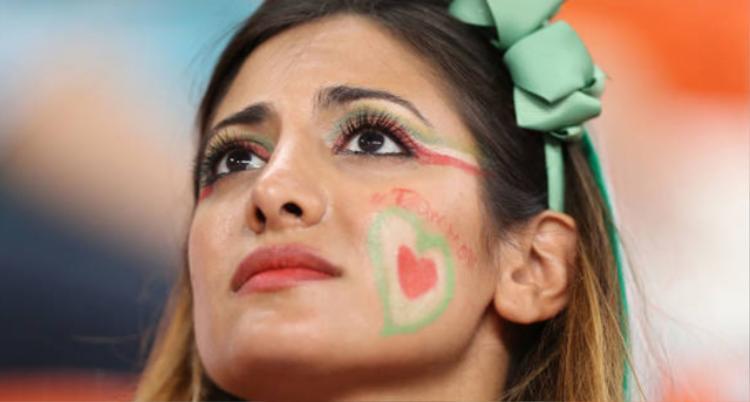 Mãn nhãn với màn đọ sắc của CĐV nữ Iran và Bồ Đào Nha