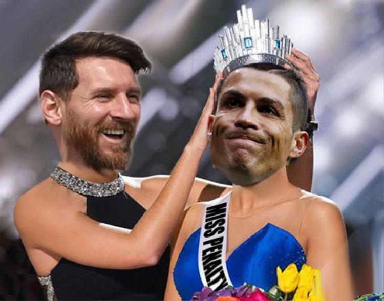 """Messi 'cười hí hửng' khi trao vương miện """"miss pen"""" cho Ronaldo."""