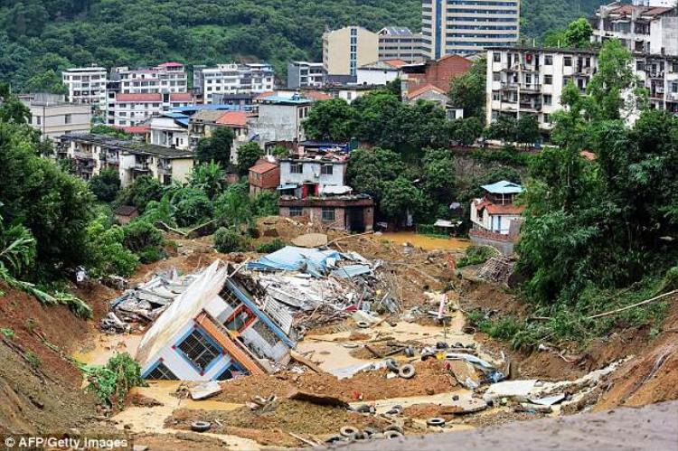 Nhiều ngôi nhà bị chôn vùi sau mưa lớn. Ảnh: AFP/Getty