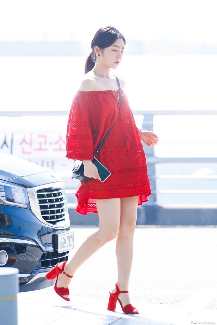 Chiếc váy còn không hề hợp với thân hình Irene. Kiểu tóc buộc thấp lại càng làm cô nàng trông không 'cao'.