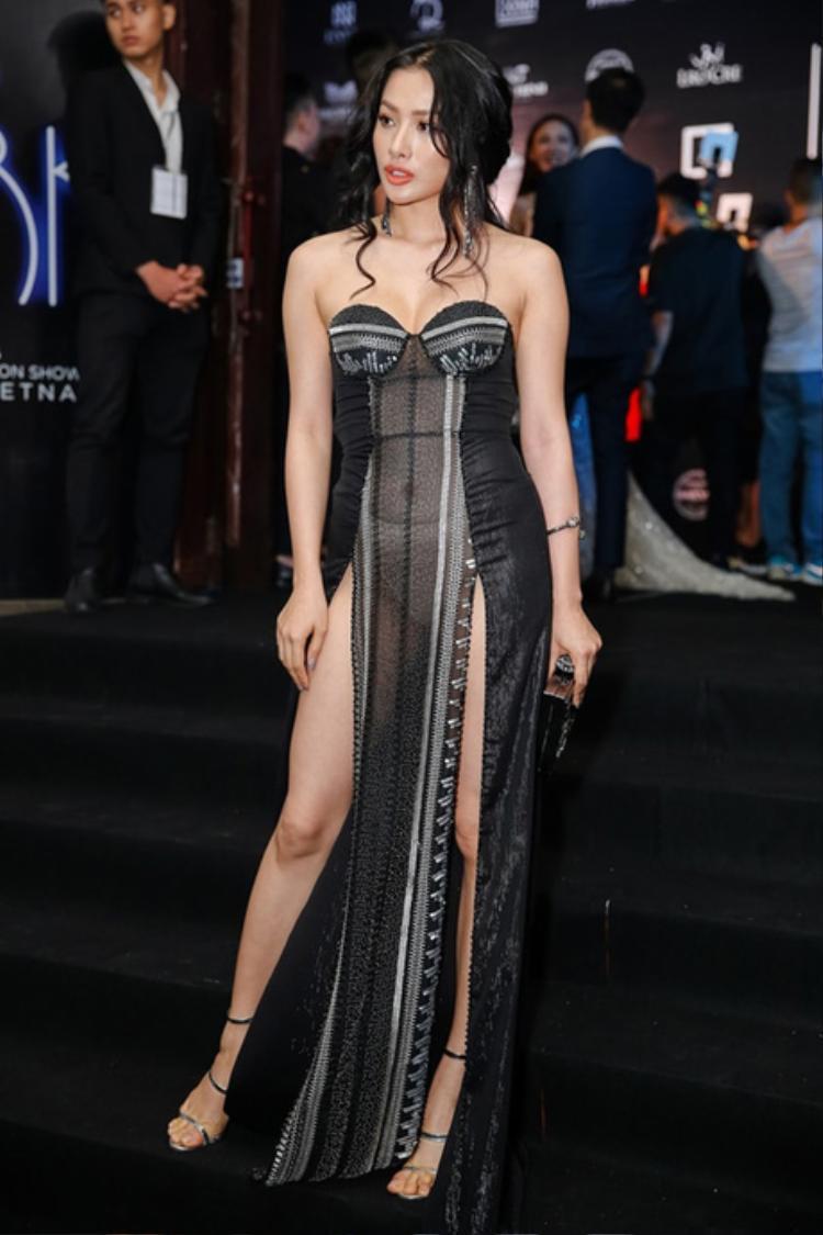 Mới đây, khi tham dự một show thời trang, Yaya Trương Nhi thu hút sự chú ý với bộ váy xuyên thấu, phô bày hết mọi ngóc ngách cơ thể.