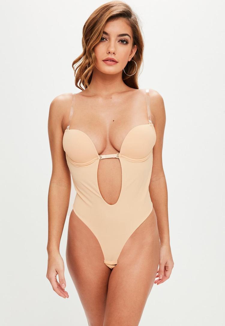 Shapewear thường có màu nude, được làm bằng những chất liệu ôm sát, có độ co giãn cao giúp định hình rõ nét số đo các vòng cho người mặc. Phần cúp ngực có gọng giúp định hình đôi gò bồng đào.