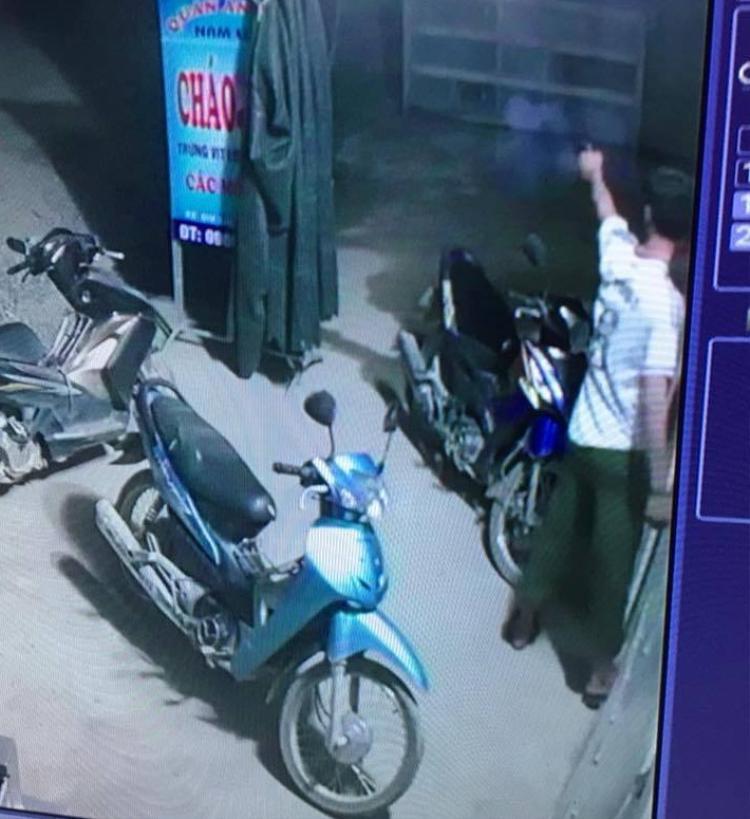 Hình ảnh được cho là trưởng công an xã Thọ Trường nổ súng. Ảnh cắt từ clip.