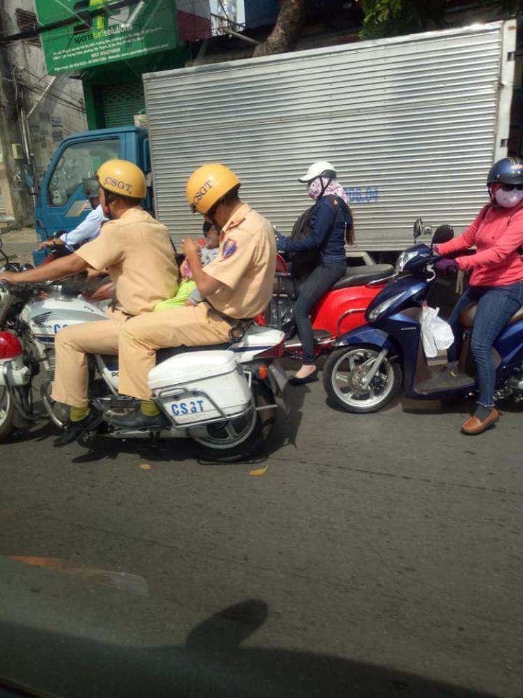 Sử dụng xe chuyên dụng để thoát khỏi số lượng xe lưu hành khá đông trên đường - (Ảnh: Facebook).