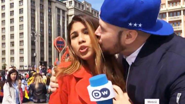 Nữ phóng viên Julieth Gonzalez Theran bị cưỡng hôn khi đang đưa tin trực tiếptừ thành phố Saransk, Nga. Ảnh: Deutsche Welle