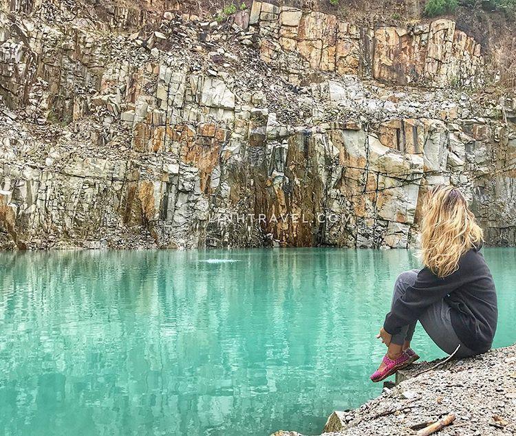 Khung cảnh tuyệt vời của hồ nước xanh sẽ khiến bạn cảm thấy xao xuyến vô cùng. Tuyệt tình cốc đẹp như chốn bồng lai tiên cảnh. Giữa núi rừng hoang sơ, một hồ nước xanh giữa những vách núi sừng sững khiến ai nấy đều phải trầm trồ. @phmailinh
