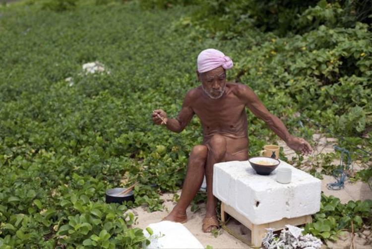 Dù nhiều khó khăn nhưng cuộc sống của ông Safumi vẫn rất quy củ và lành mạnh. Ảnh: Reuters