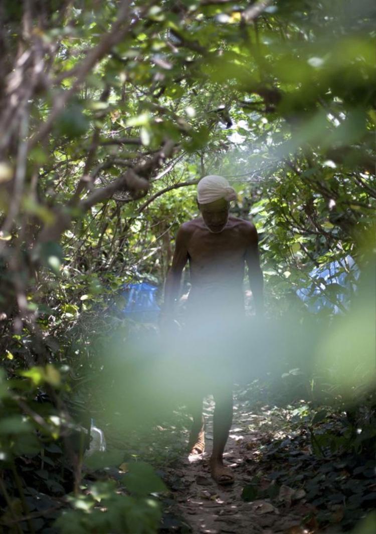 Theo ông Masafumi thì khỏa thân chính là đồng phục trên đảo này. Ảnh: Reuters