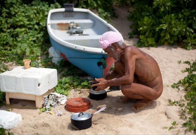 Thiếu thốn thức ăn nhưng ông Safumi cũng không ăn cá, thịt hay trứng rùa. Ảnh: Reuters