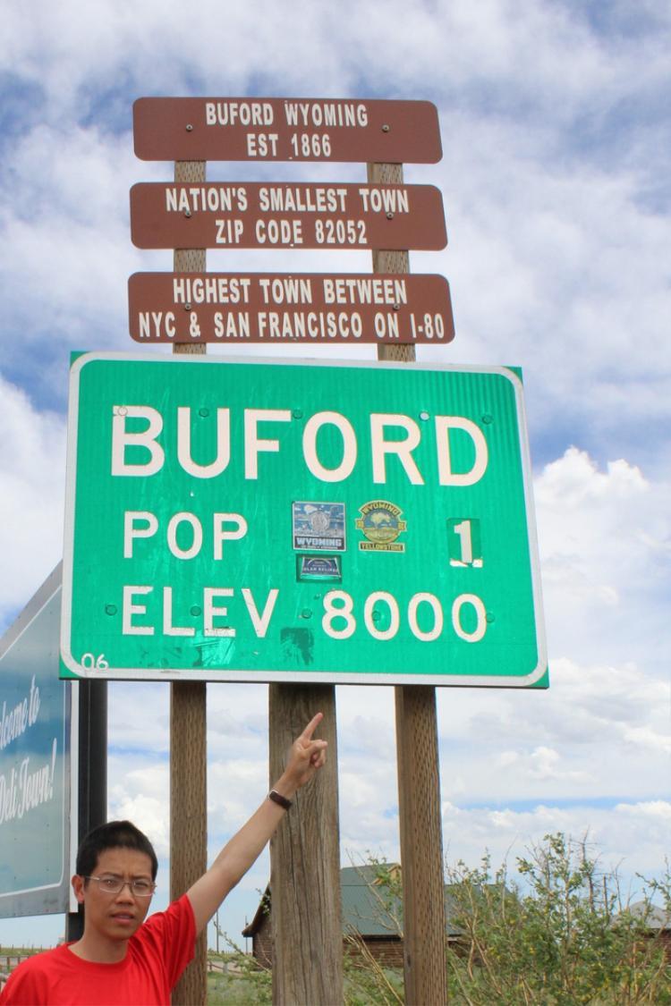 Tác giả bên cạnh biển báo thị trấn Buford