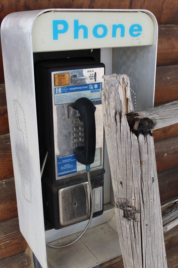Box điện thoại cũng chẳng còn được ai ngó ngàng