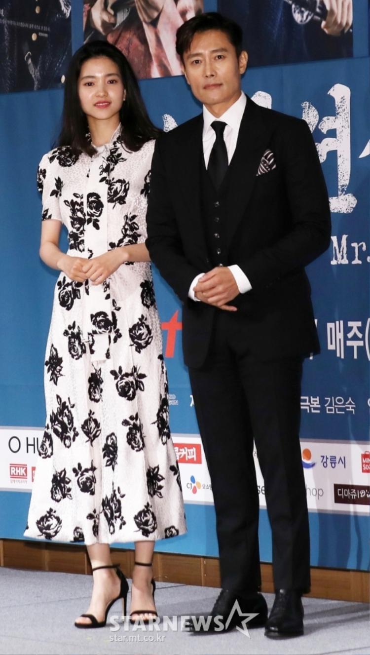 Kim Tae Ri  Kim Min Jung tình tứ, bỏ mặc Lee Byung Hun tại họp báo bom tấn Hàn Quốc Mr. Sunshine
