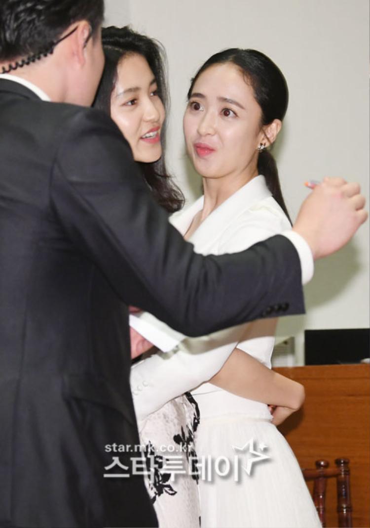Lee Min Jung và Lee Tae Ri trông đáng yêu và thân thiết chưa kìa.