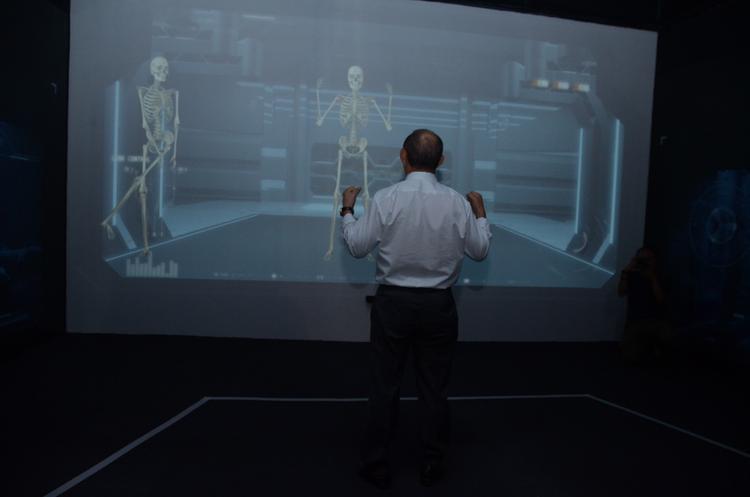 """Thầy Park thích thú """"soi"""" cơ thể mình tại bức tường 3D mapping."""