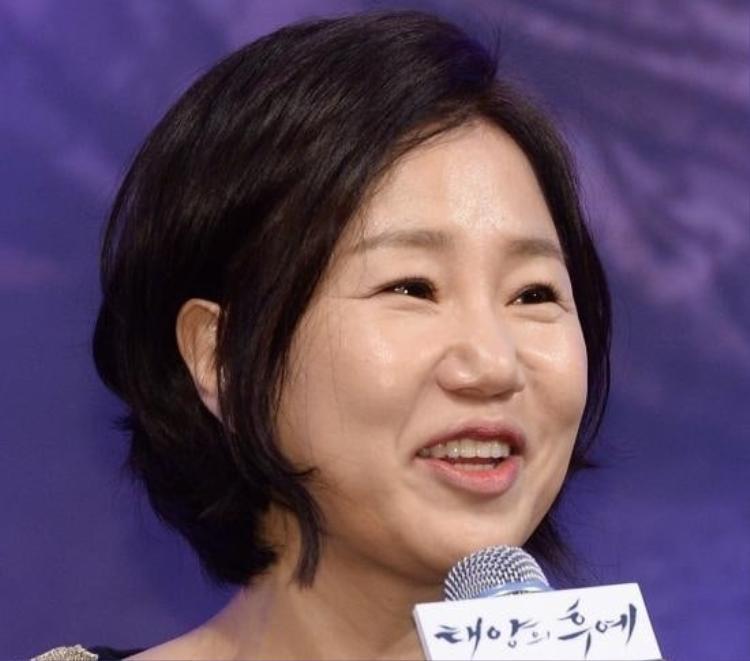 Biên kịch 'Hậu duệ mặt trời' phủ nhận tin đồn ly dị chồng, chia sẻ lý do vắng mặt tại họp báo 'Mr. Sunshine'