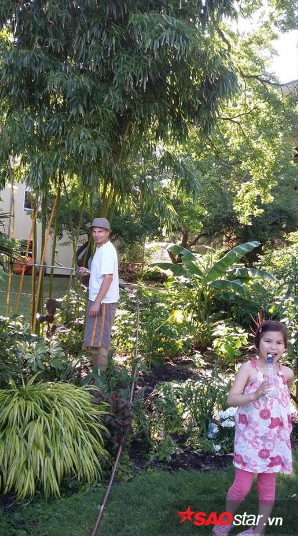 Hai cô con gái của anh chị cũng rất yêu hoa, hai bé rất thích ra vườn thăm thú và tìm hiểu các loài hoa.