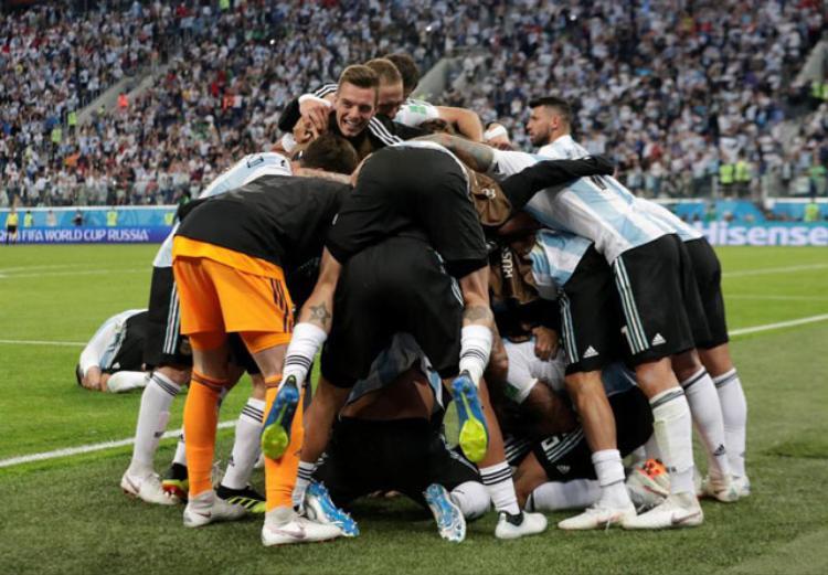 Các cầu thủ Argentina ăn mừng sau bàn quyết định của Rojo. Ảnh: Reuters.