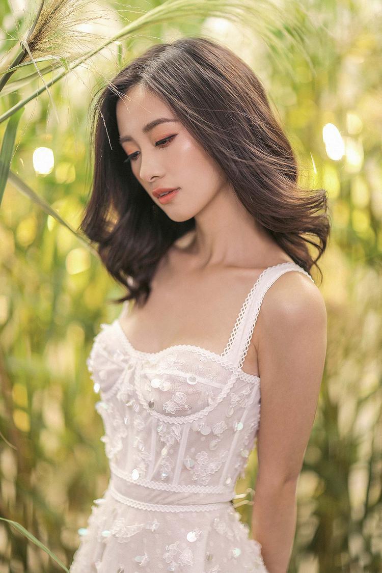 Nằm trong những thiết kế váy áo hai dây còn có bộ cánh cúp ngực với gam màu trắng thuần khiết. Sử dụng chất liệu vải ngoại nhập, viền đăng ten tinh tế ở vai, eo và ngực áo.