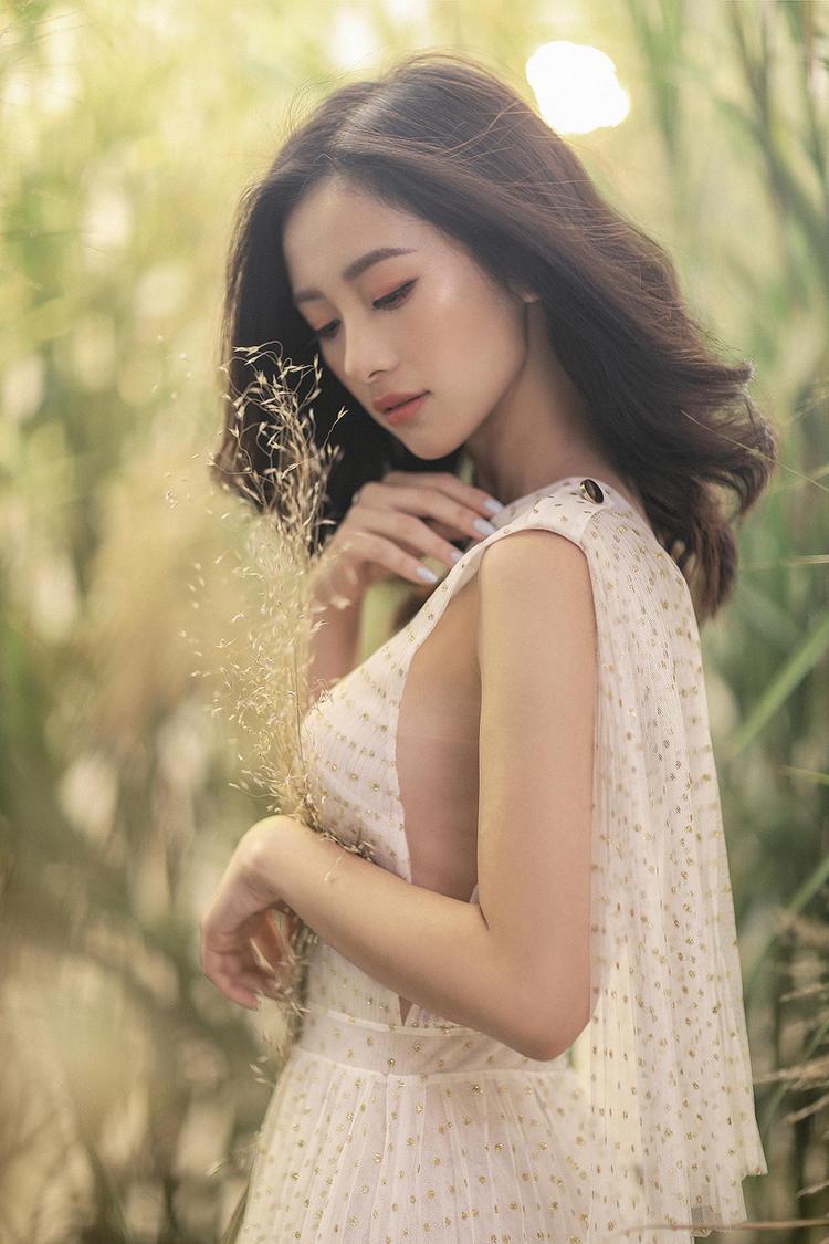 Nằm trong những thiết kế váy áo hai dây còn có bộ cánh cúp ngực với gam màu trắng thuần khiết.