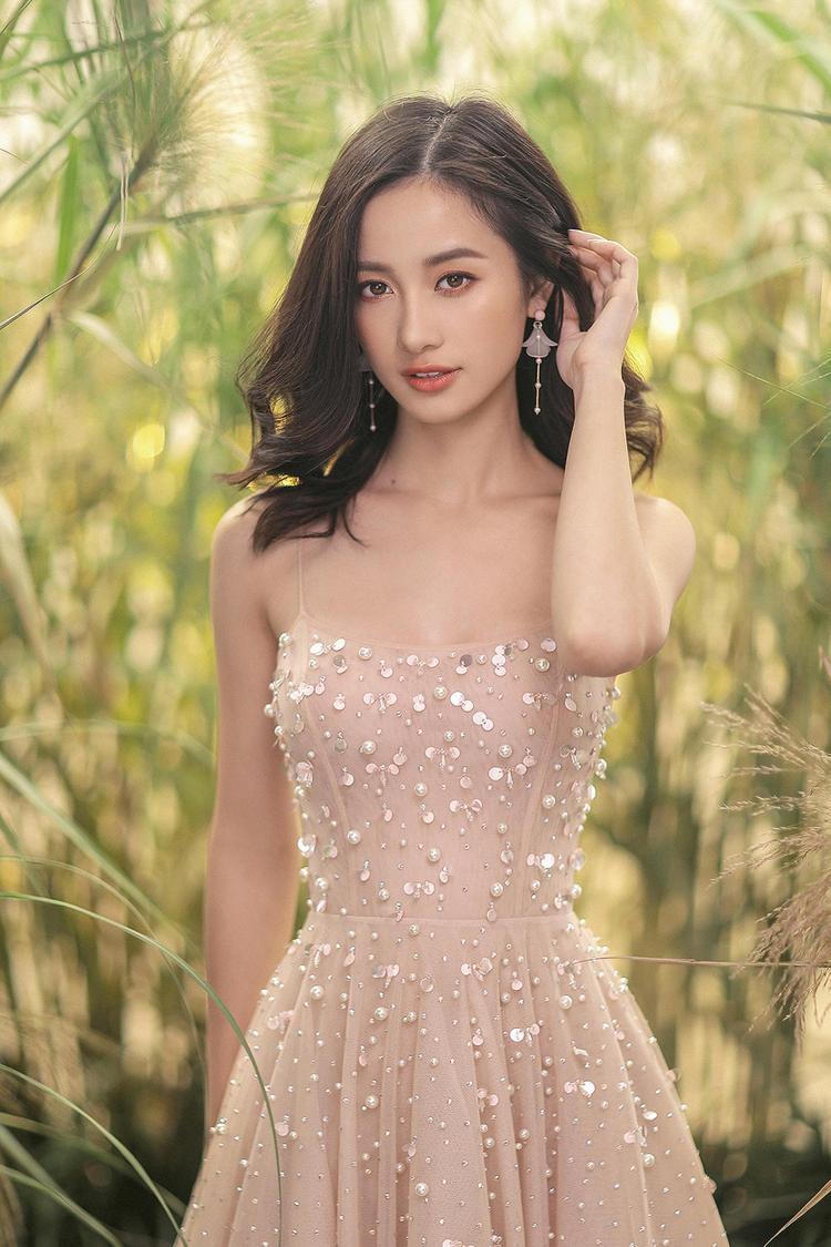 Ngoài phom dáng truyền thống tương đối dễ mặc, mẫu váy này còn được đính sequin và pha lê óng ánh, khiến mọi cô gái đều trở nên nổi bật và thu hút trong bất cứ hoàn cảnh nào.