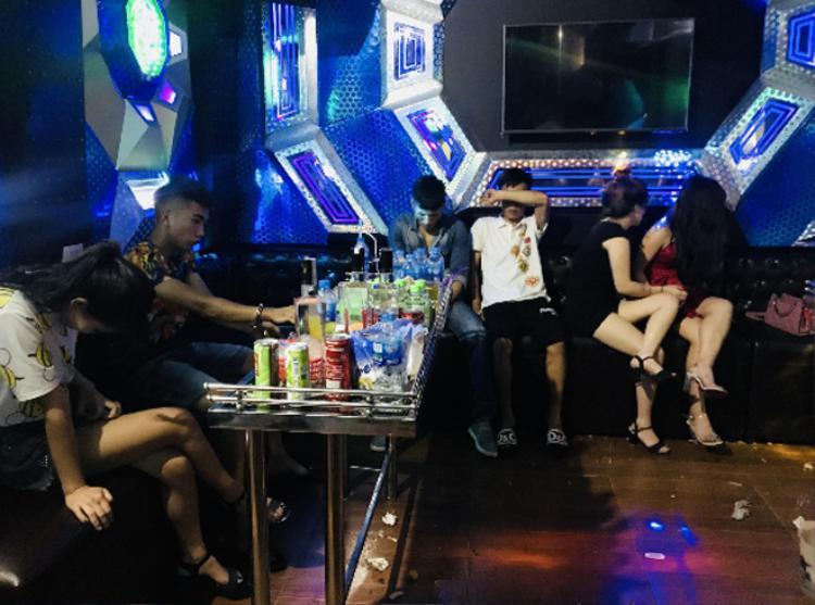 Các thanh niên đang sử dụng ma túy đá trong phòng karaoke. Ảnh: CAND.