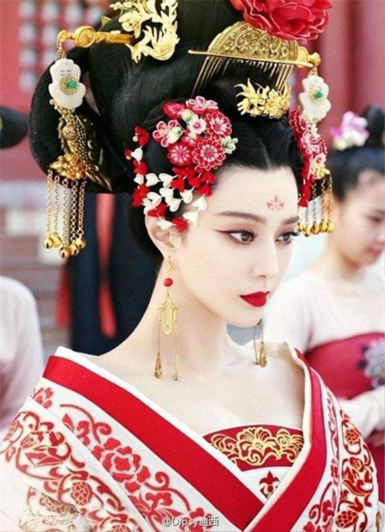 Bên cạnh trang phục, những món phụ kiện đắt giá được mạ vàng, đá quý mang đến sự vương giả, quyền lực.
