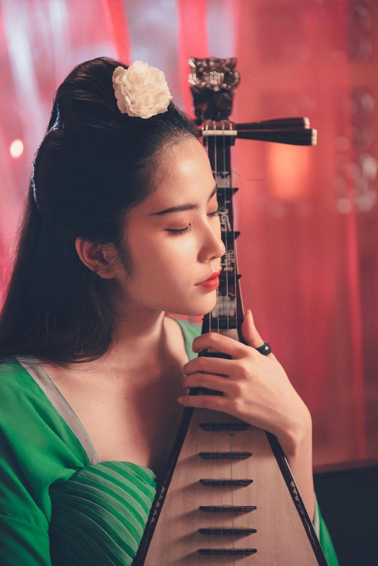 Cách cài hoa lên tóc mang đậm phong cách mỹ nhân Trung Hoa.